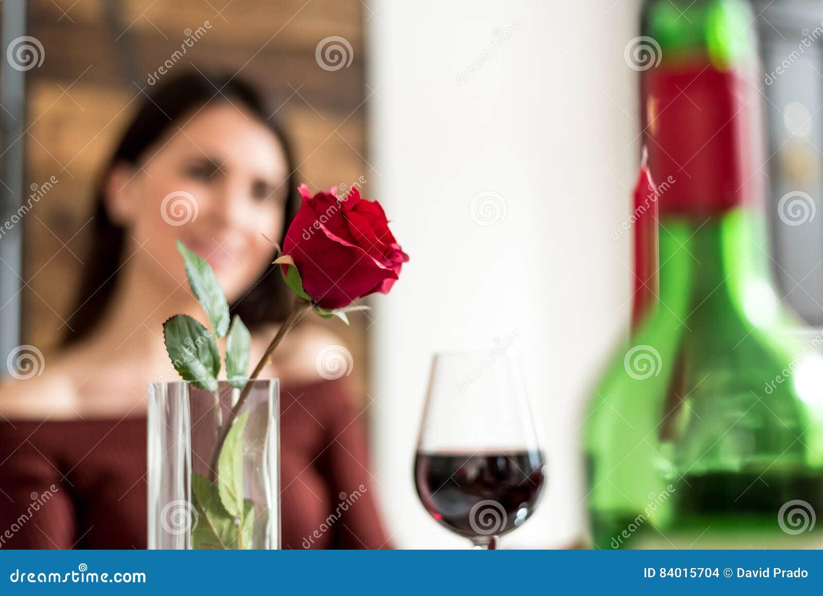 Jeunes couples heureux célébrant le jour du ` s de Valentine avec un dîner à la maison
