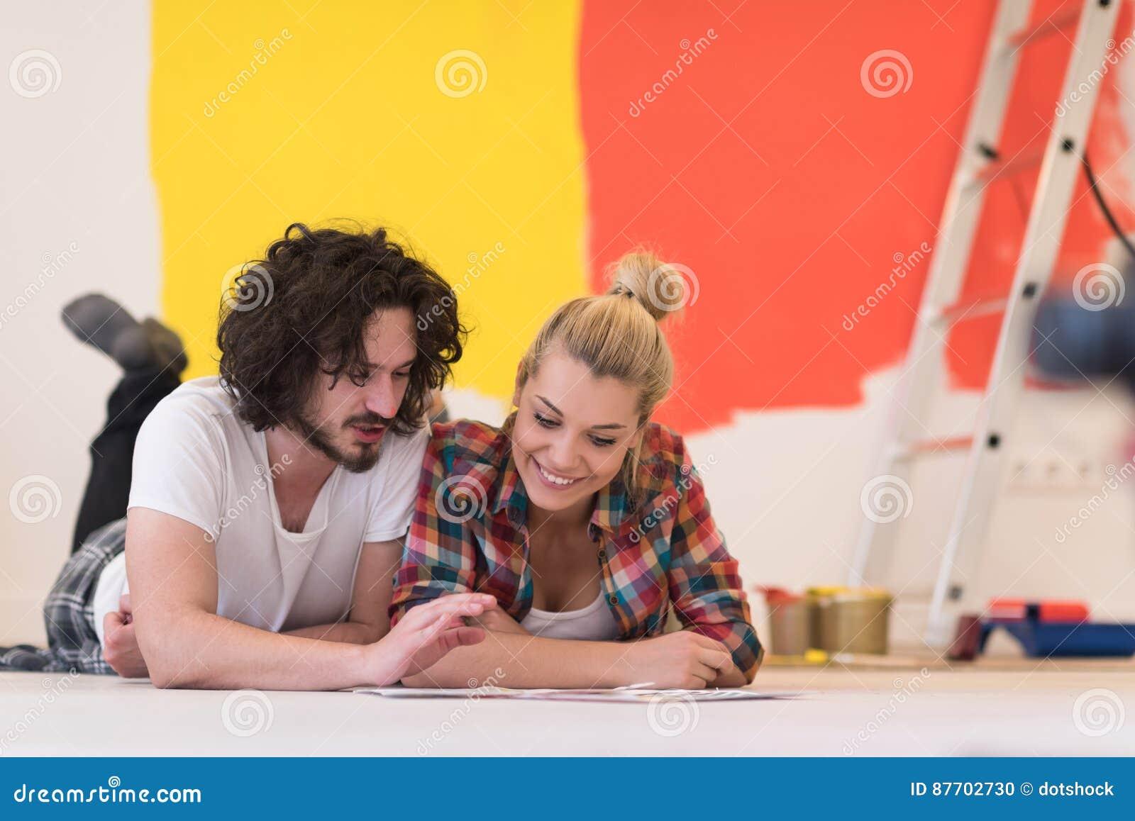 Jeunes couples heureux détendant après peinture