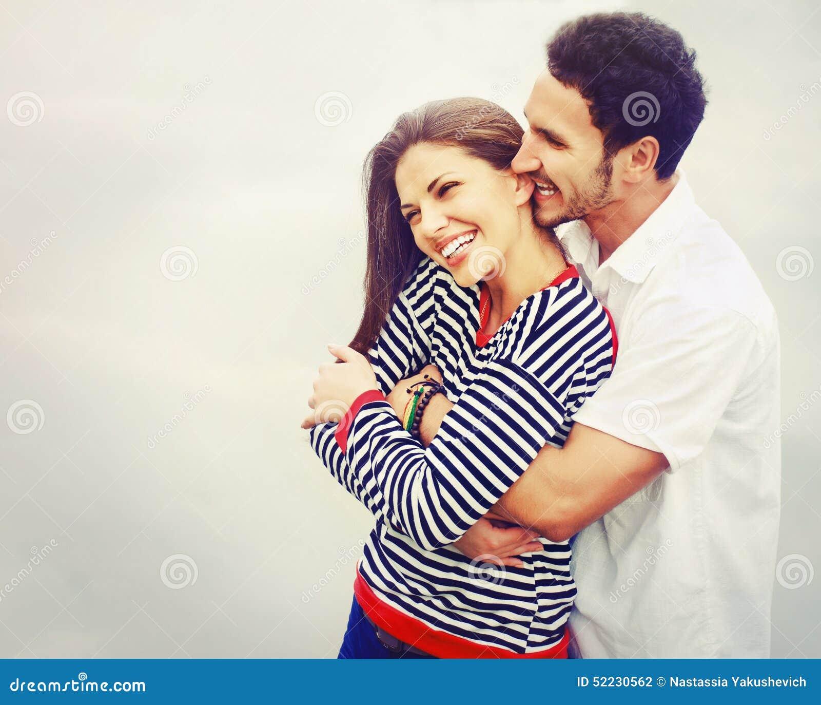 Jeunes couples heureux dans l amour au lac extérieur des vacances, mal