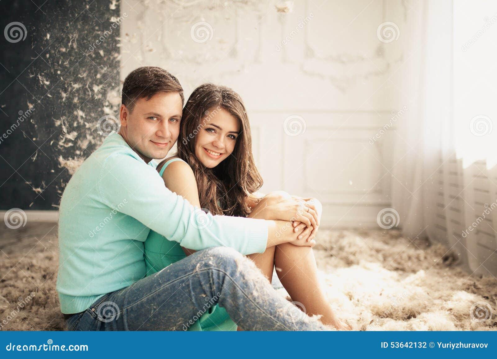 Jeunes couples heureux dans l amour Beaucoup de plumes sur le plancher