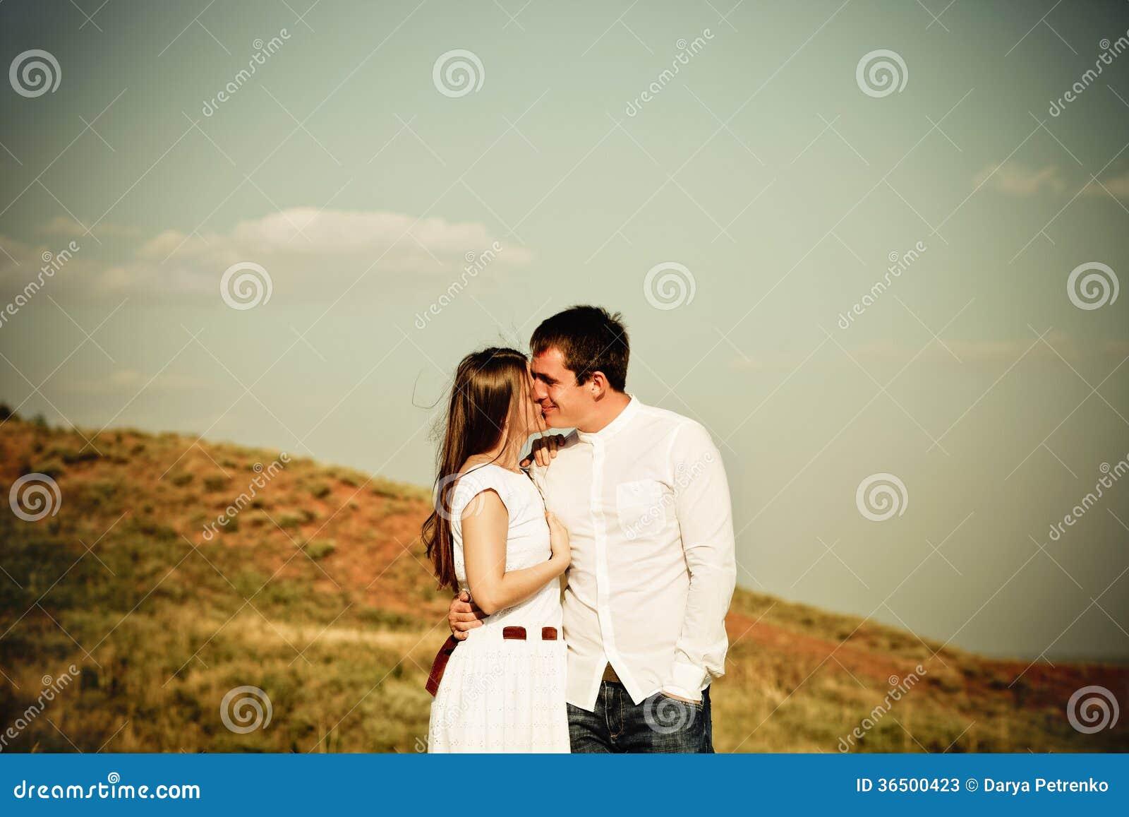 Jeunes couples heureux dans l amour dans le jour d été