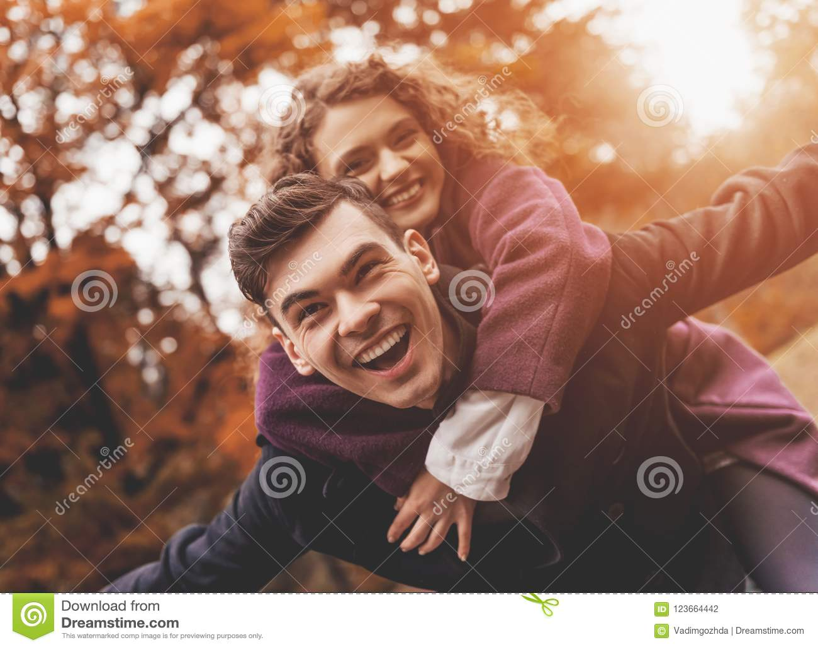 Jeunes couples heureux l automne