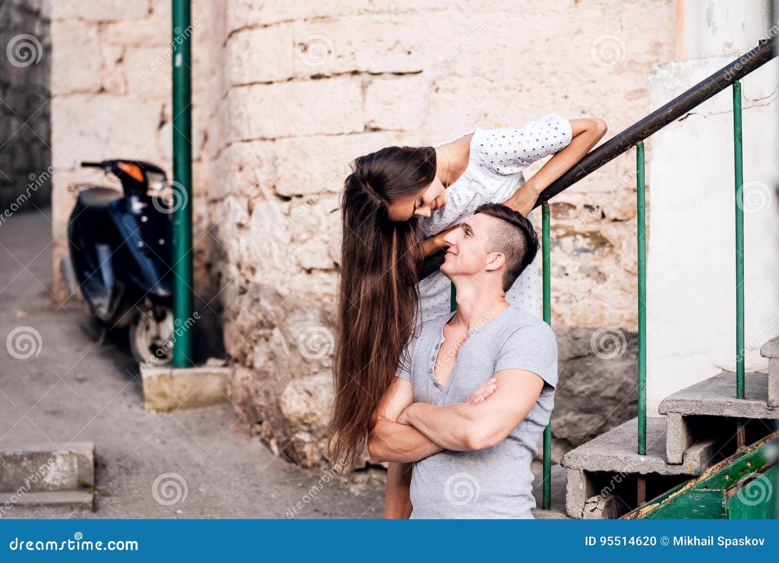 Jeunes couples heureux lovestory dans la ville