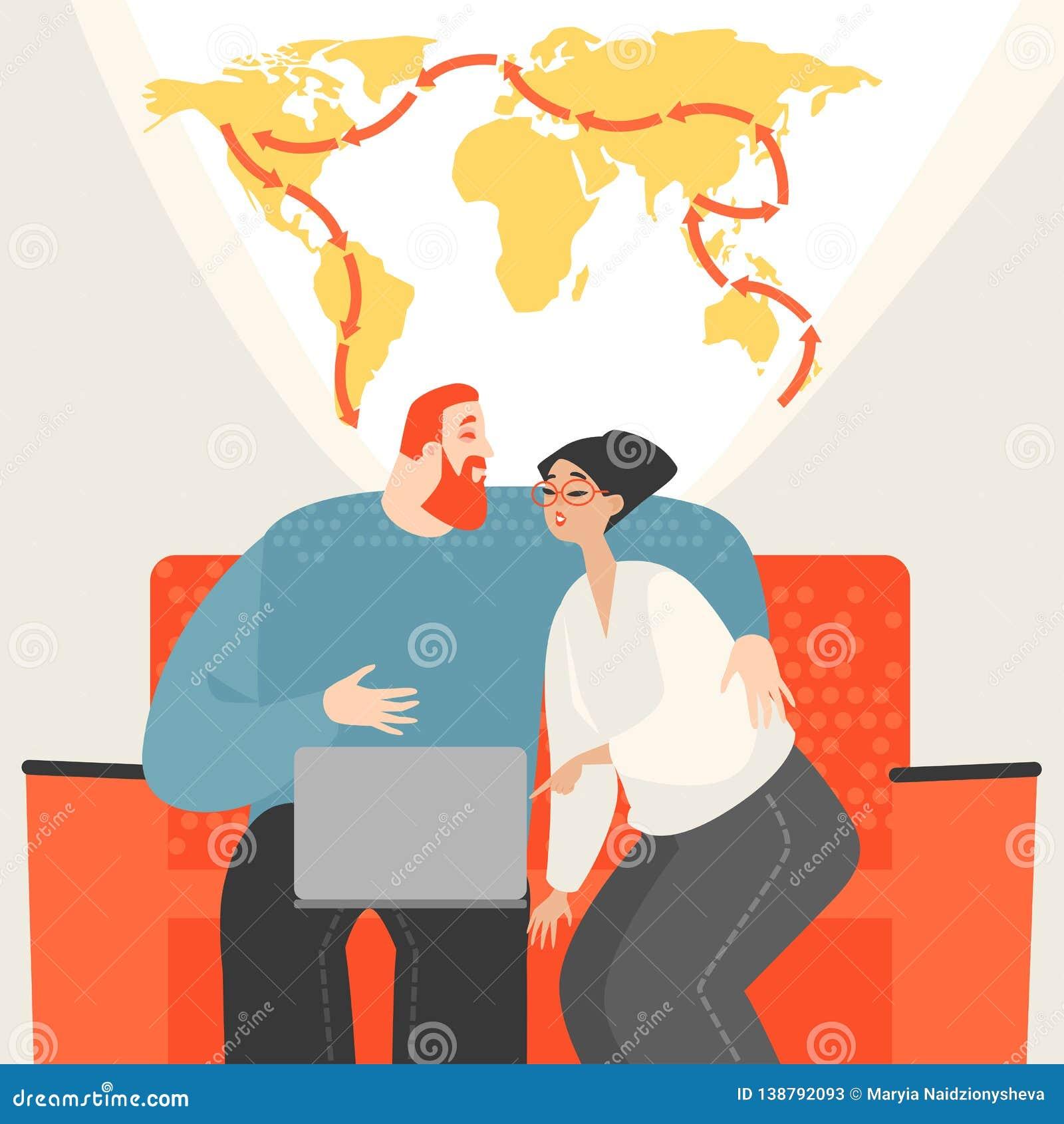 Jeunes couples heureux prévoyant tour du monde se reposant sur un sofa avec un ordinateur portable