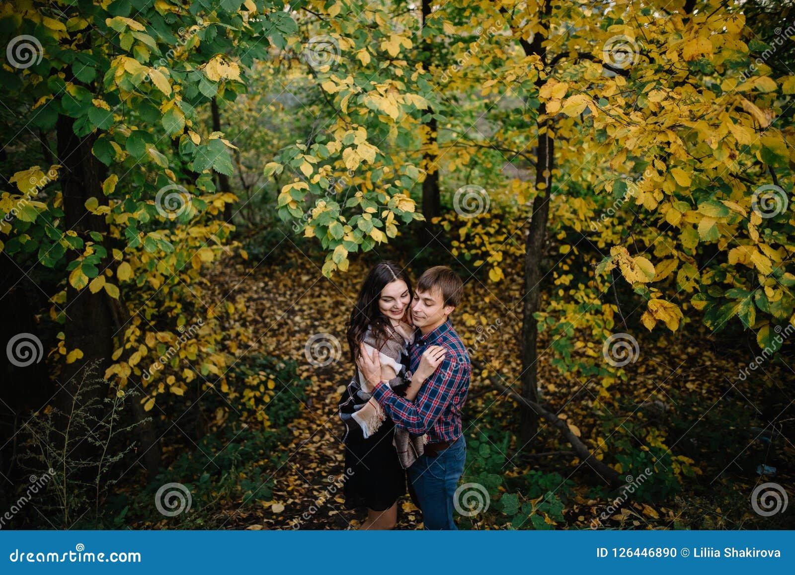 Jeunes couples heureux souriant et riant dans la forêt d automne