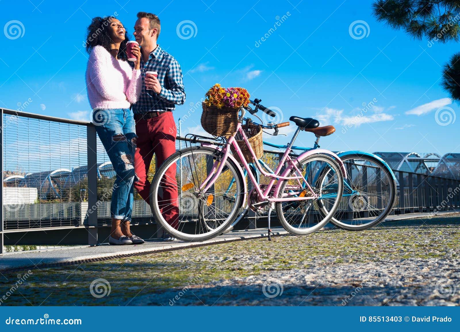 Jeunes couples interraciaux heureux par la rivière avec leur vintage b