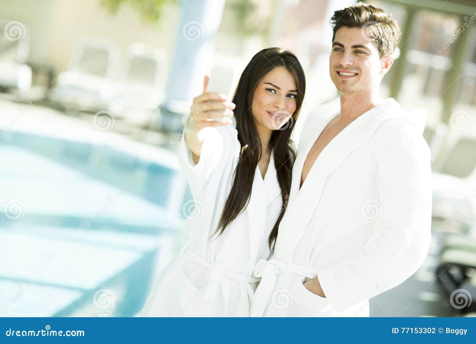 Jeunes couples par la piscine