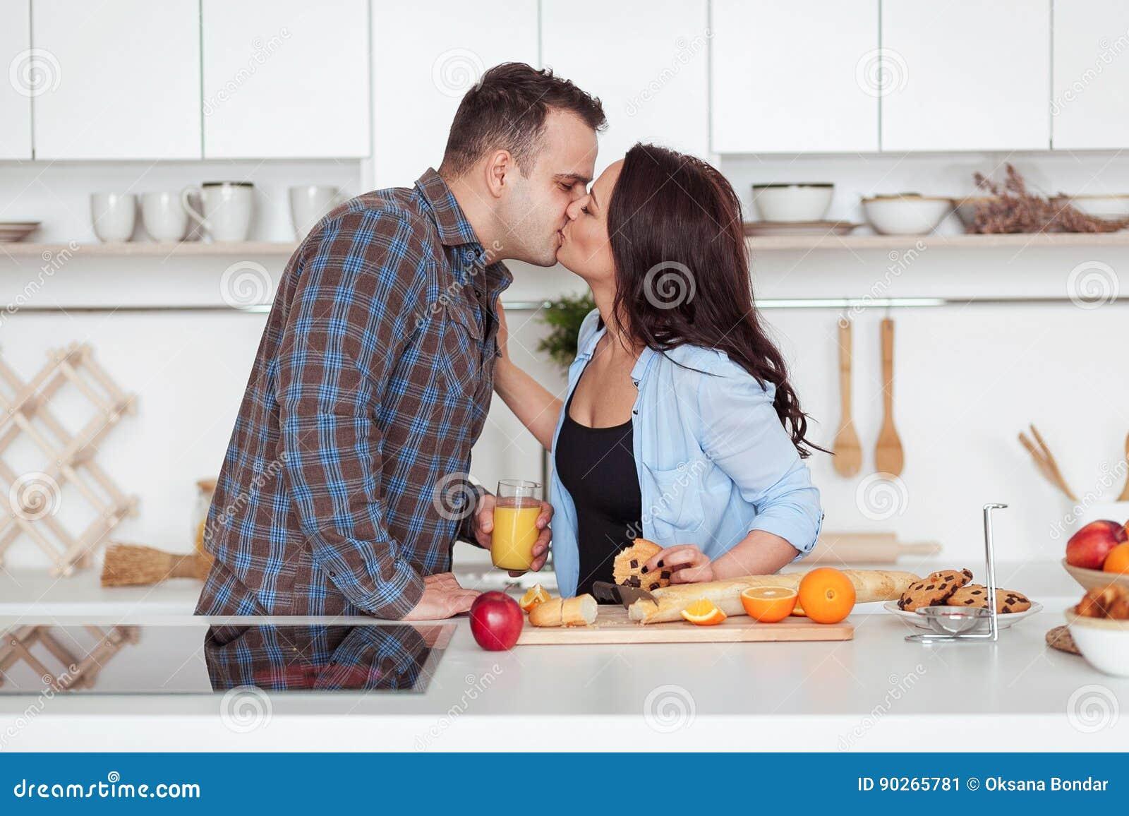 jeunes couples prenant un petit d jeuner romantique la maison dans la cuisine image stock. Black Bedroom Furniture Sets. Home Design Ideas