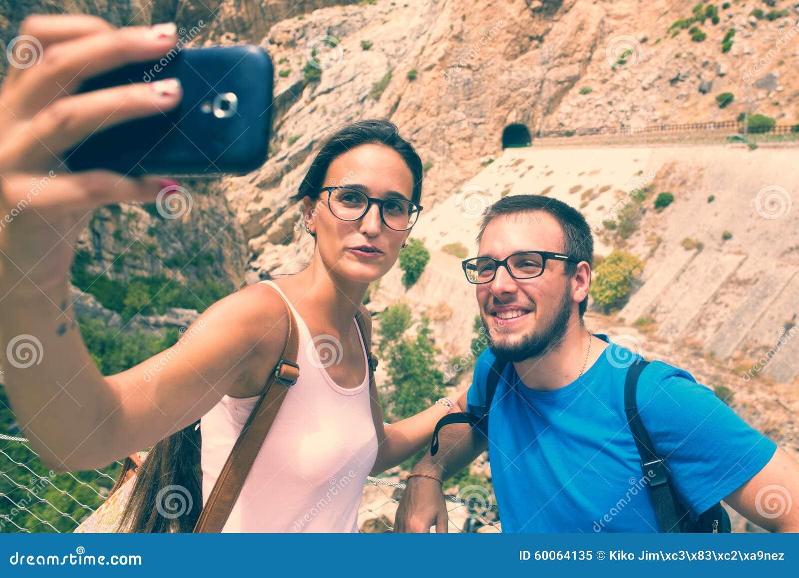 Jeunes couples prenant un selfie