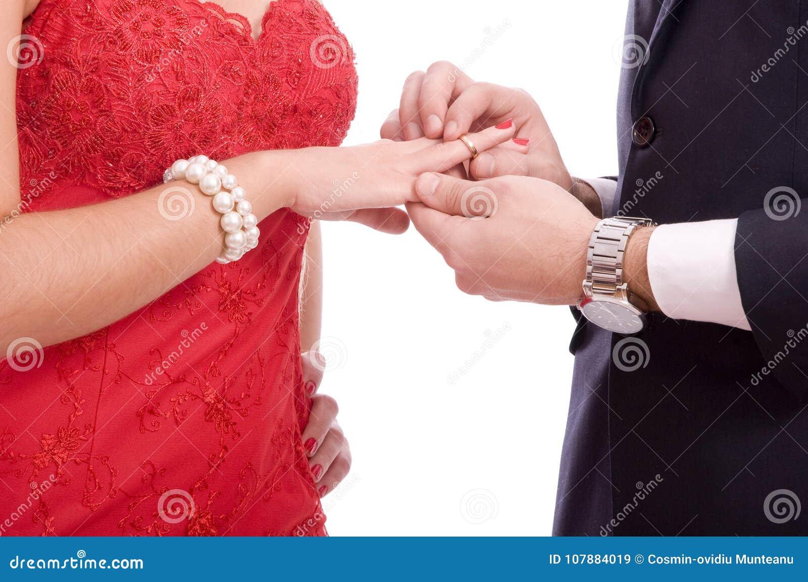 Jeunes couples réussis sur le fond blanc
