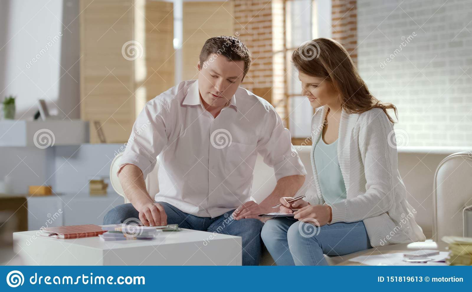 Jeunes couples riches comptant l argent de sort, fournissant des affaires ensemble, budget de famille