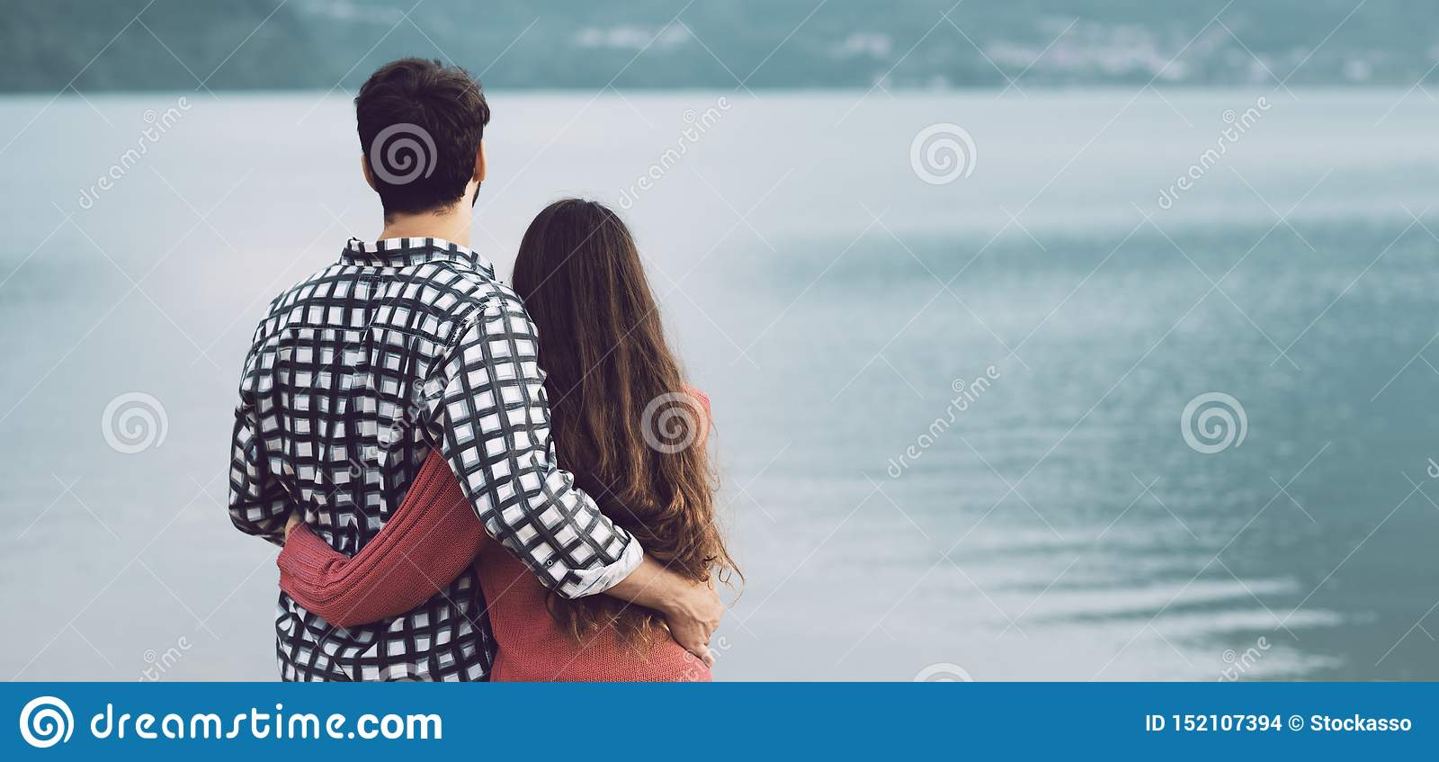 Jeunes couples romantiques étreignant au lac