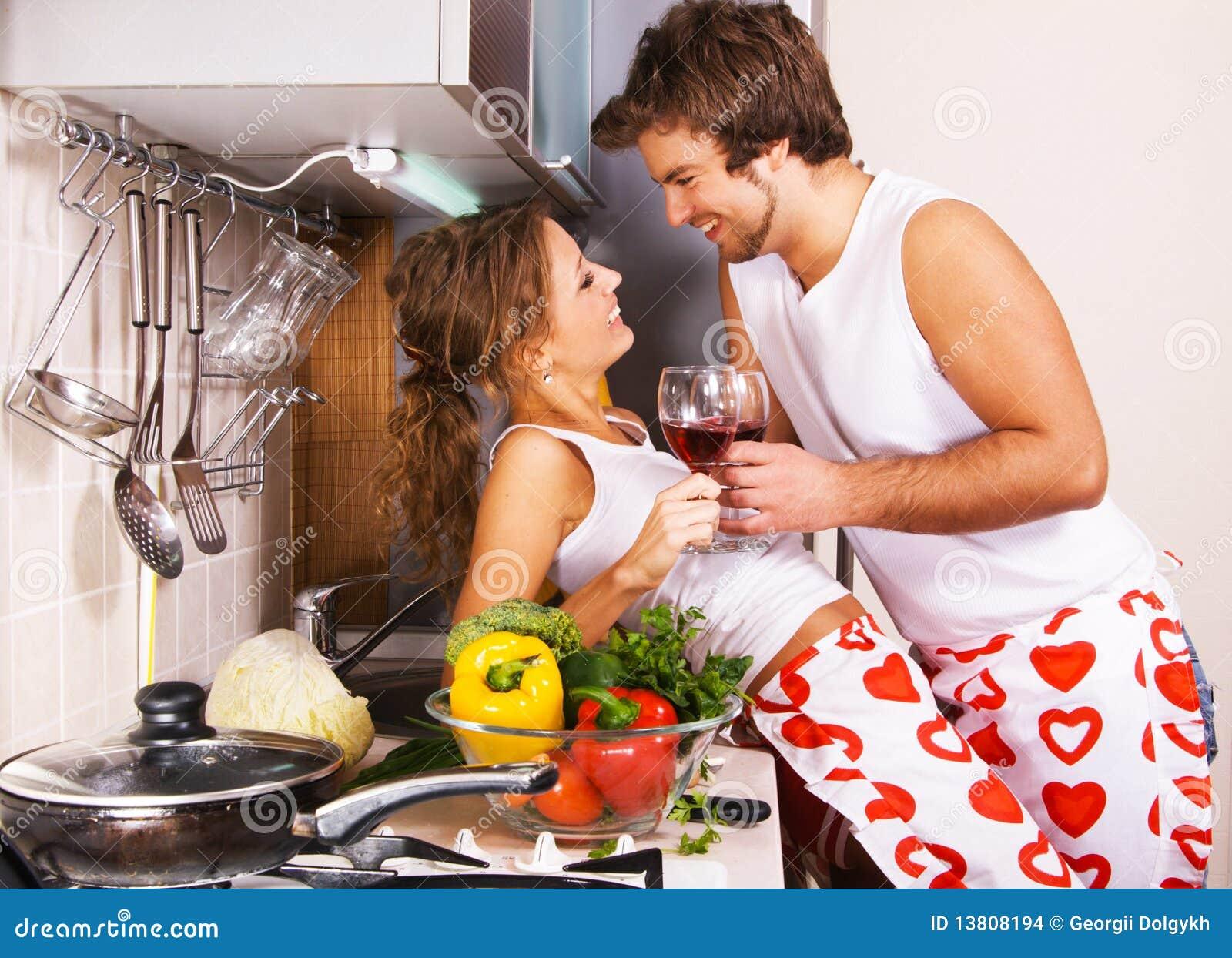 Jeunes couples romantiques dans la cuisine photo stock for Asticots dans la cuisine