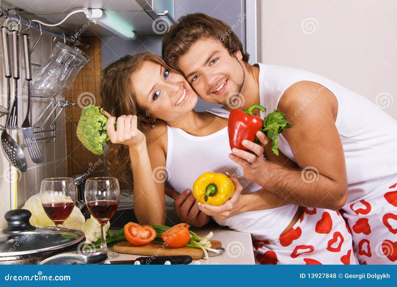 Jeunes couples romantiques dans la cuisine photo stock image du soir e chaud 13927848 - Couple faisant l amour dans la cuisine ...