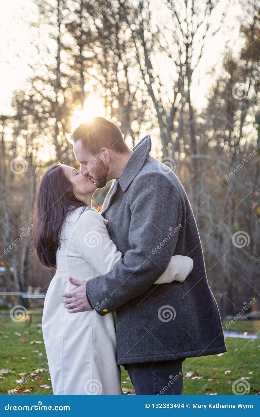 Jeunes couples romantiques embrassant dehors un jour froid d automne