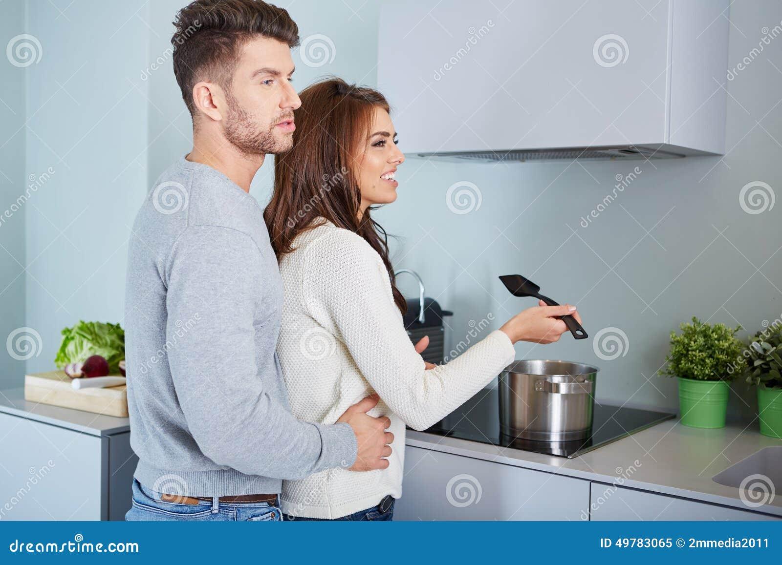 Jeunes couples romantiques préparant le dîner