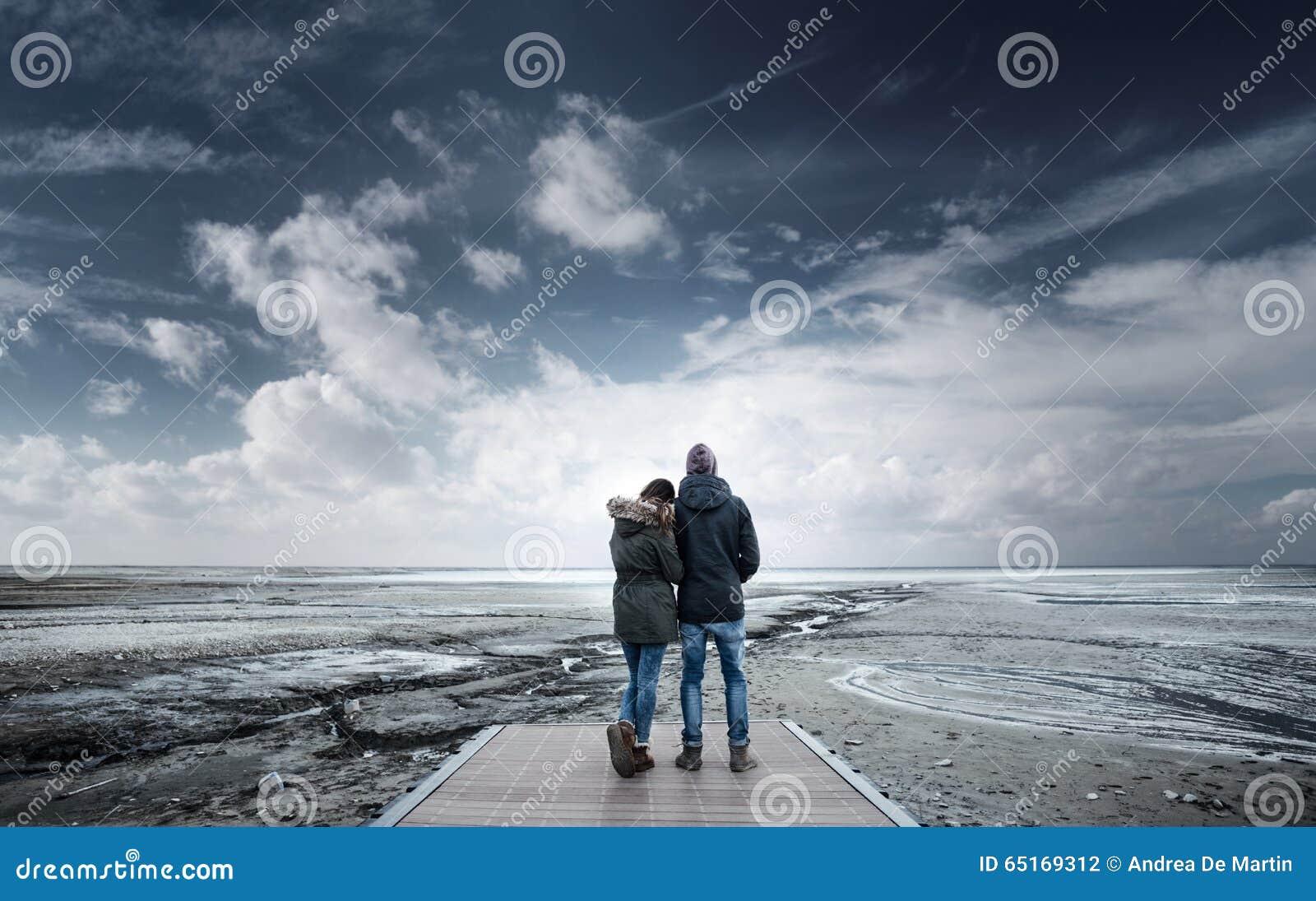 Jeunes couples romantiques sur un pilier