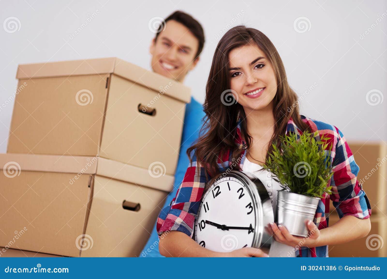 Couples heureux dans la nouvelle maison