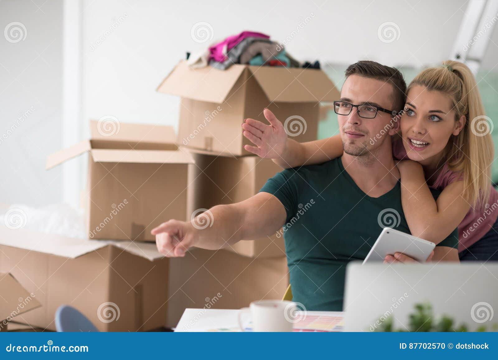 Jeunes couples se déplaçant une nouvelle maison