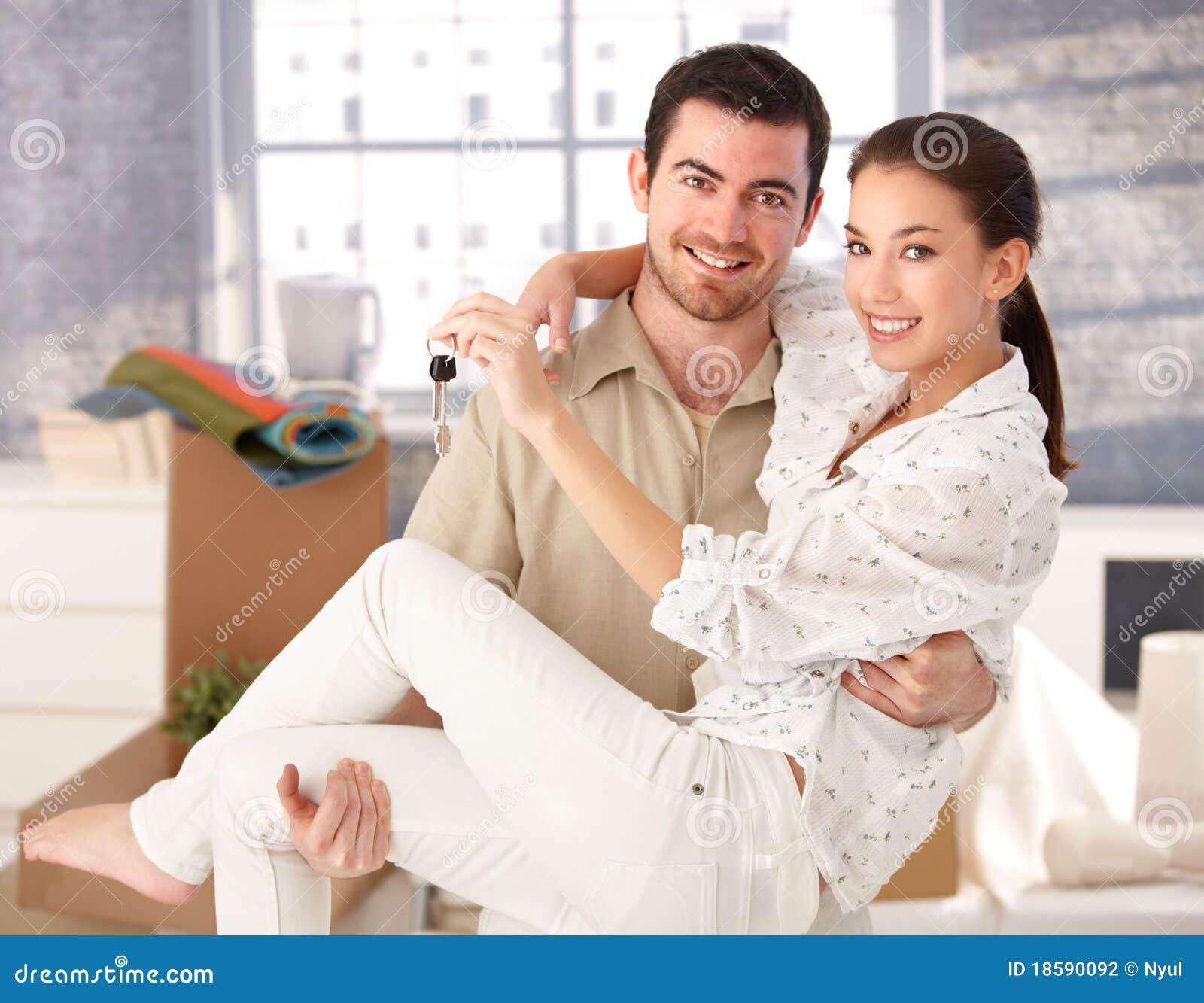 Jeunes couples souriant heureusement dans la nouvelle maison
