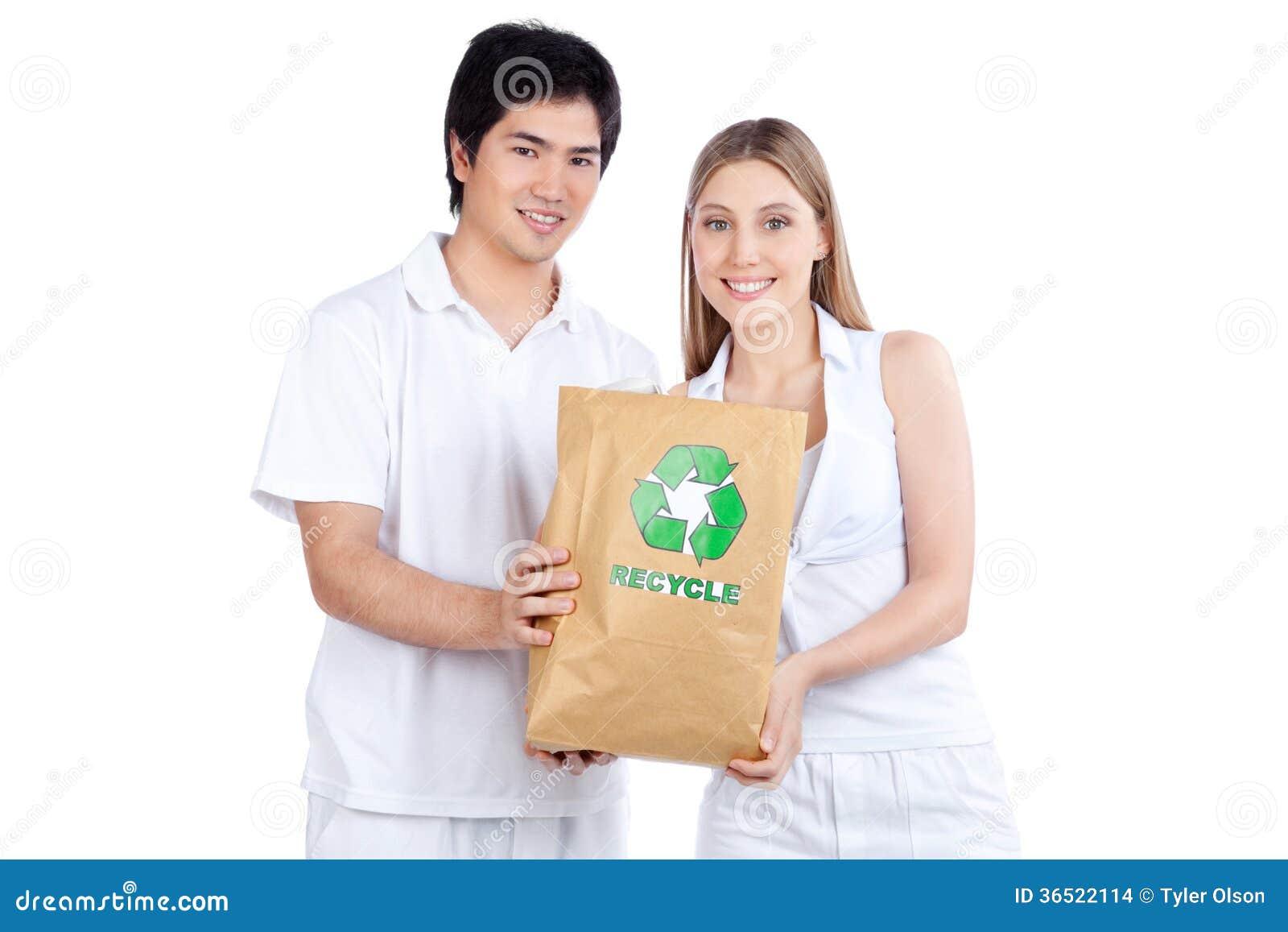 Jeunes couples tenant le sac de papier