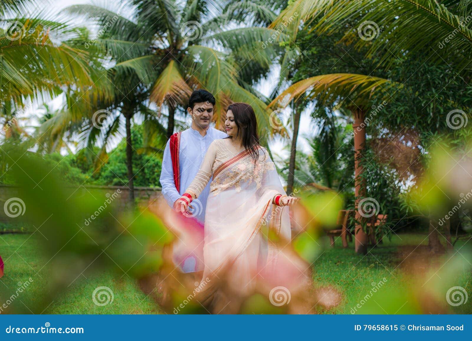 Jeunes couples traditionnels indiens