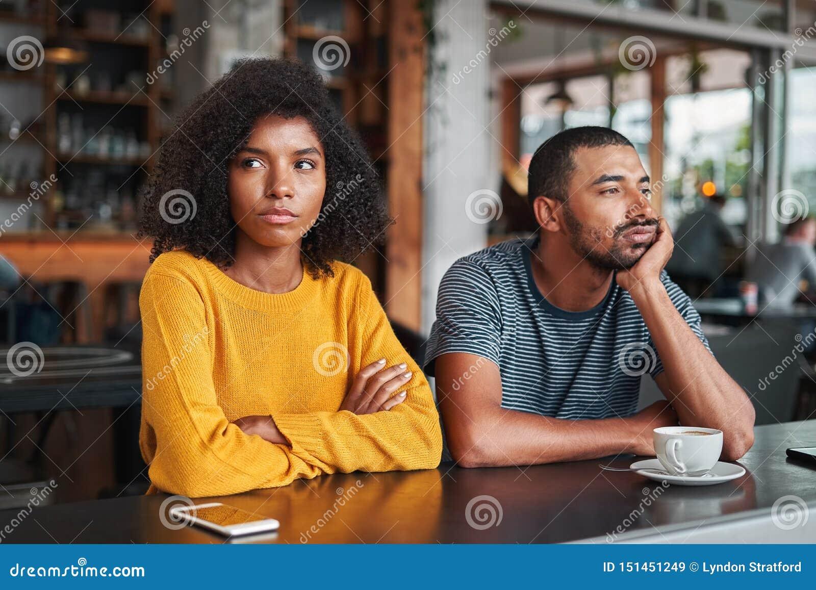 Jeunes couples tristes et fâchés dans le café