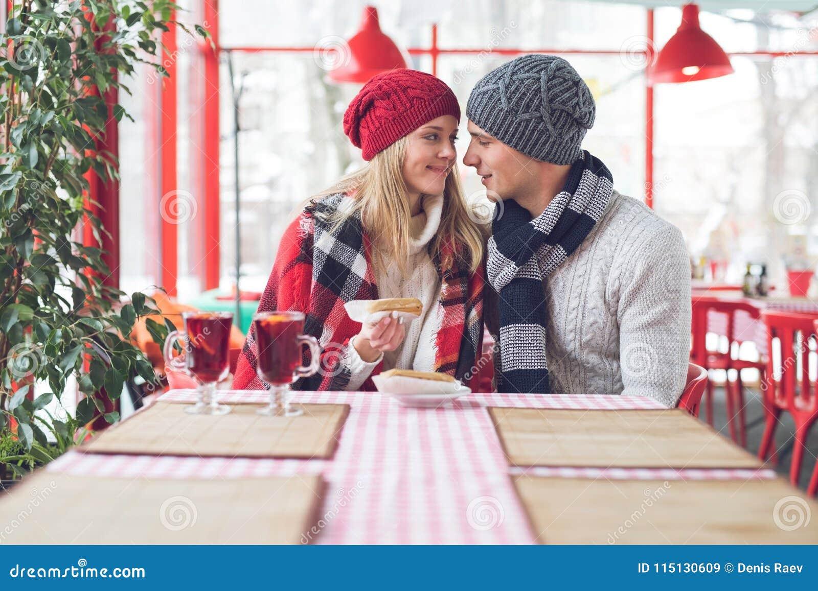 Jeunes couples une date
