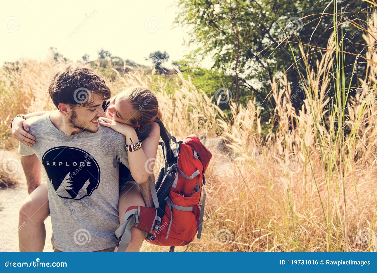 Jeunes couples voyageant dehors ensemble