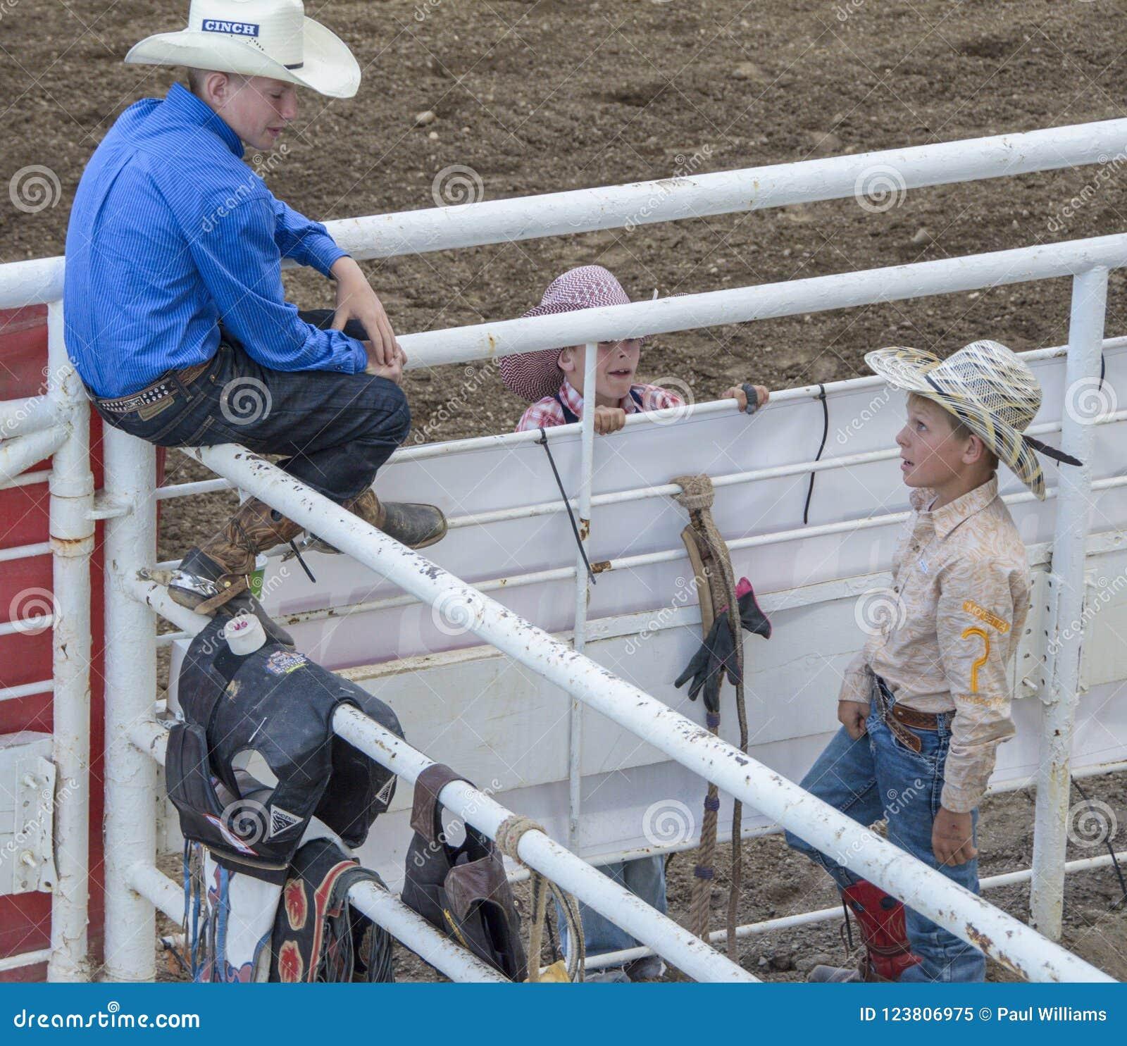 Jeunes cowboys enthousiastes