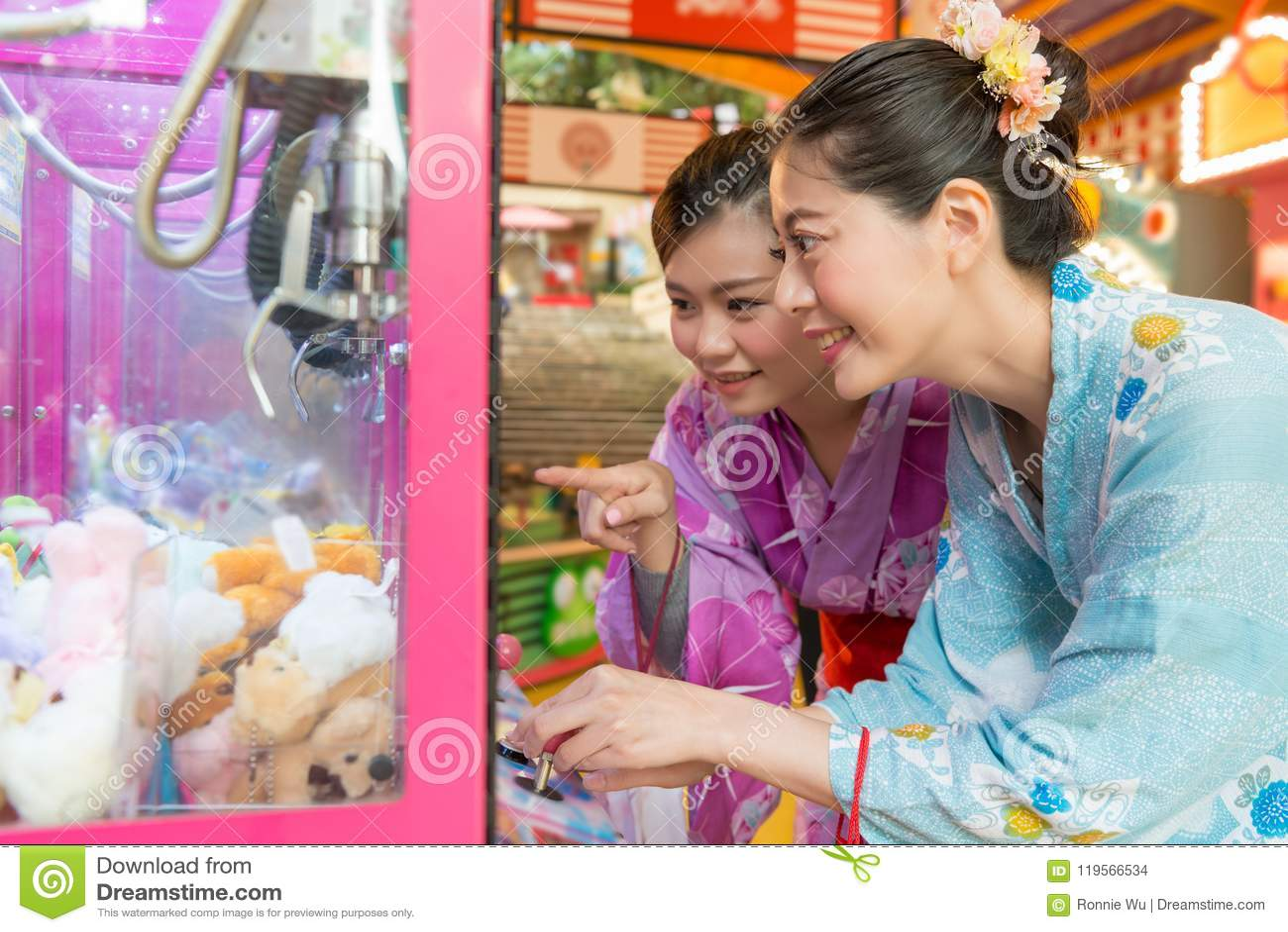 Jeunes dames commandant la machine contagieuse de poupée