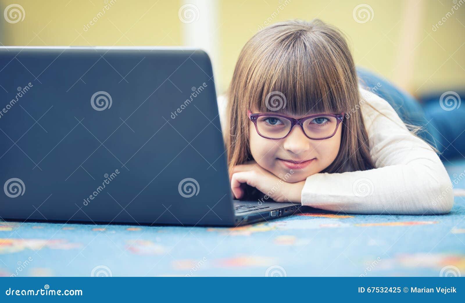 Jeunes de belle fille de la préadolescence avec le PC d ordinateur portable de comprimé Technologie d éducation pour des adolesce