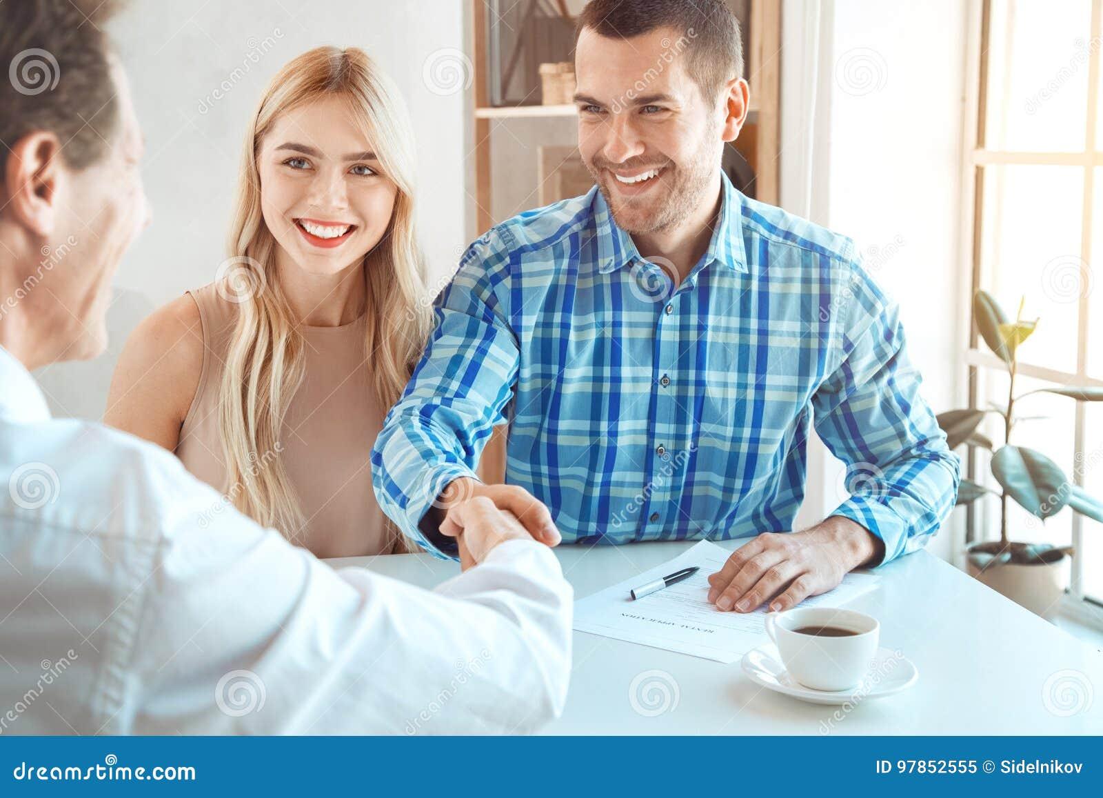 Jeunes de couples de loyer d appartement immobiliers ensemble