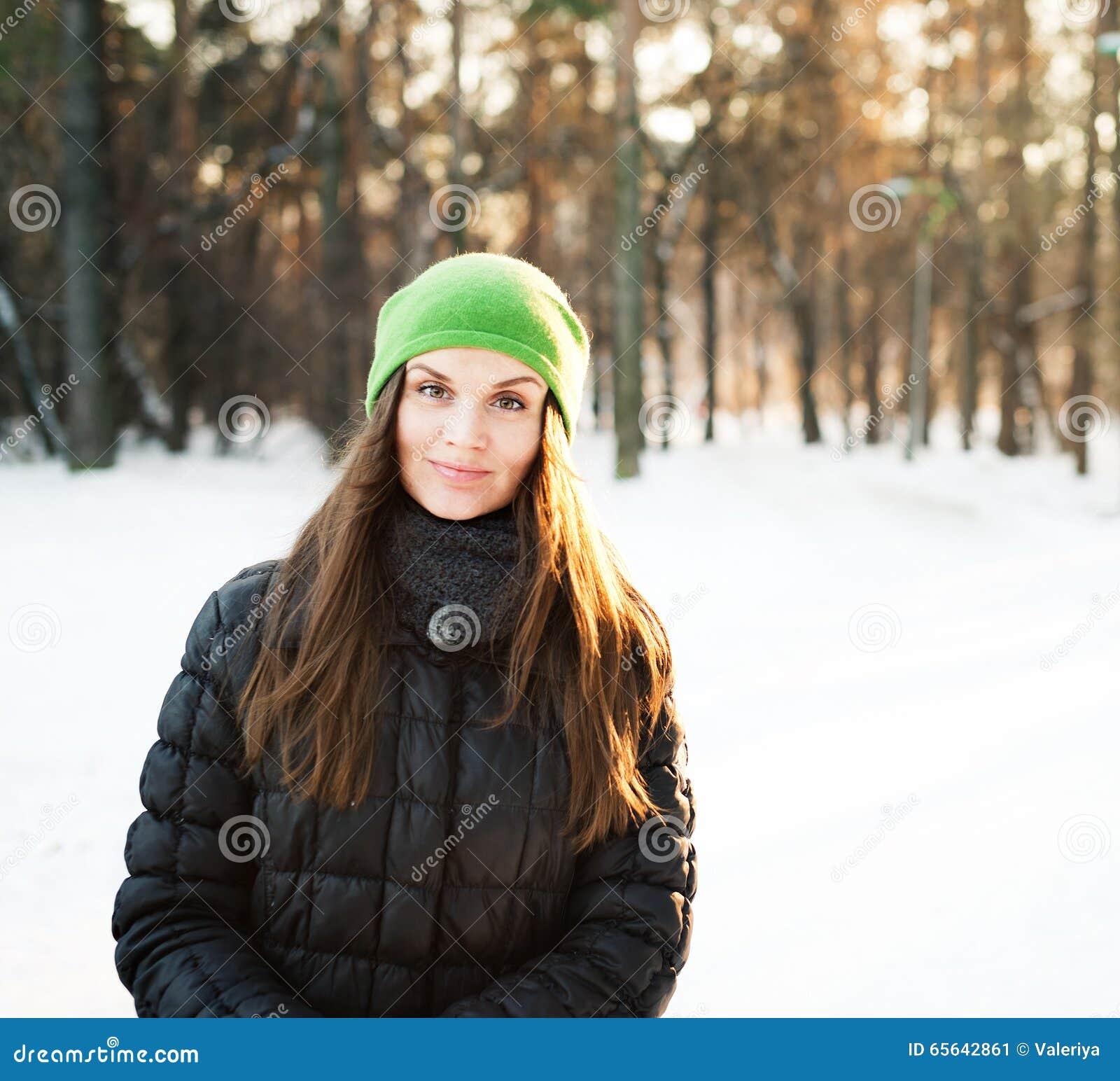 Jeunes de femme de l hiver de verticale