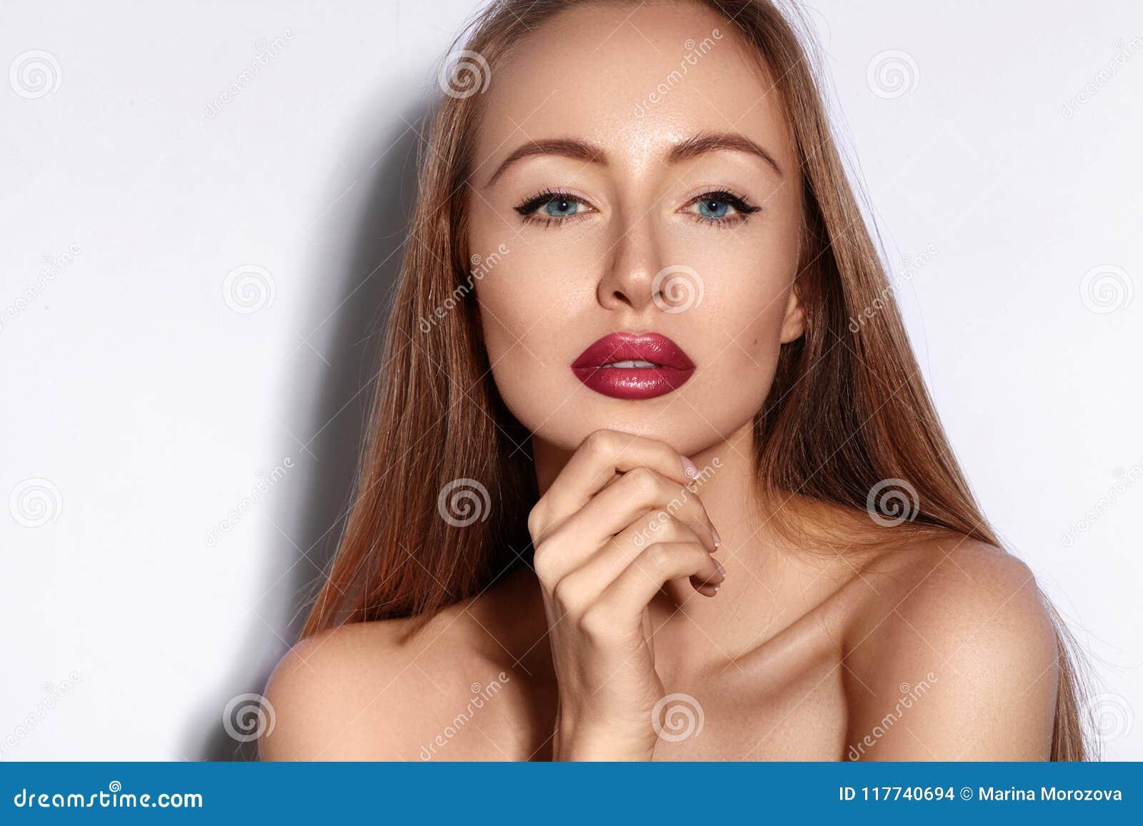 Jeunes de femme de verticale de beauté Belle fille modèle avec le maquillage de beauté, lèvres rouges, peau fraîche parfaite Maqu