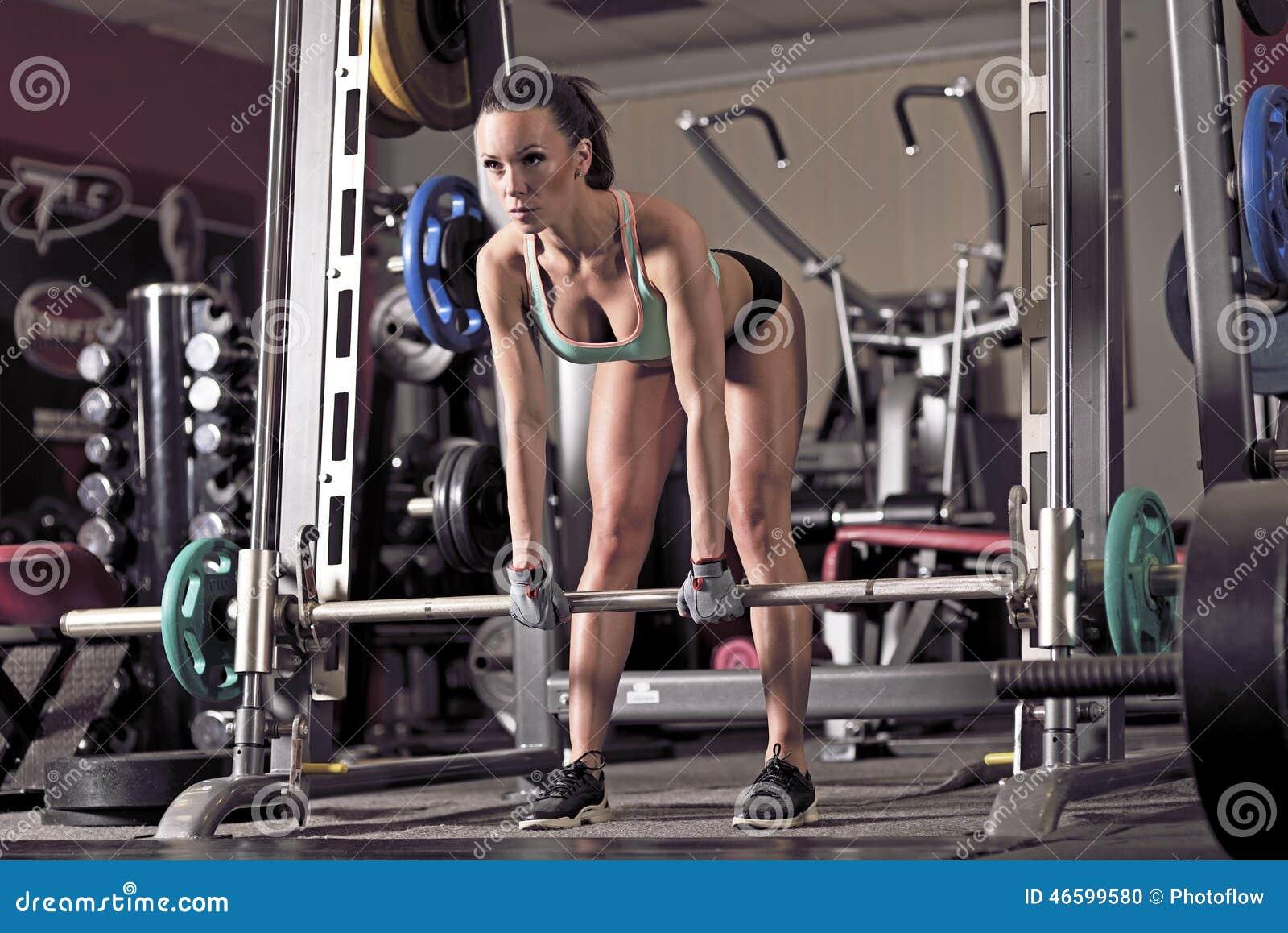 Jeunes de levage de femme de poids