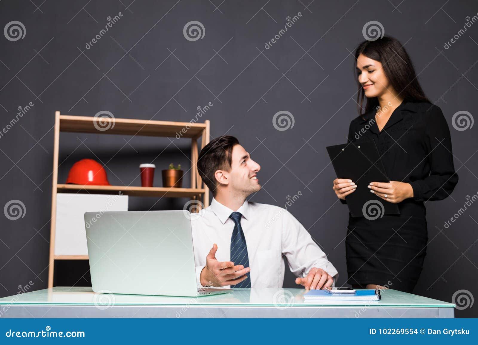 Jeunes employés de bureau devant l ordinateur de bureau dans le bureau