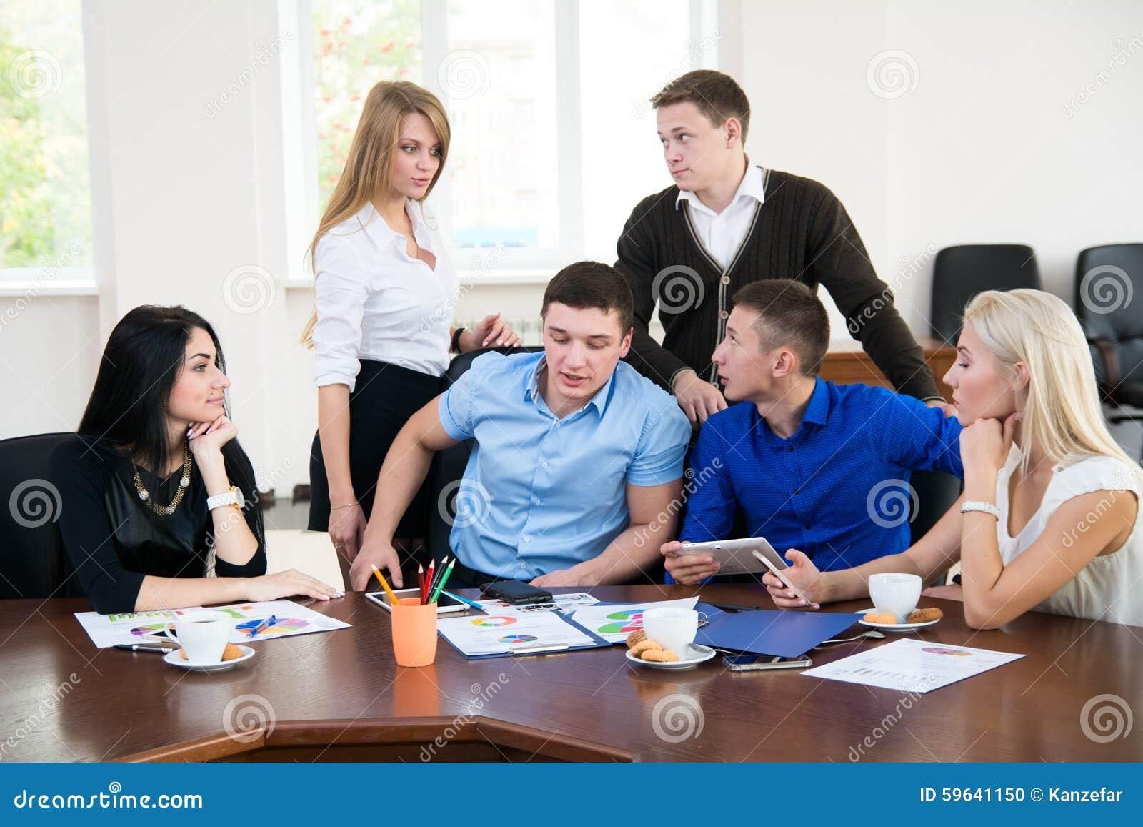 jeunes entrepreneurs lors d 39 une r union d 39 affaires dans le bureau photo stock image 59641150. Black Bedroom Furniture Sets. Home Design Ideas