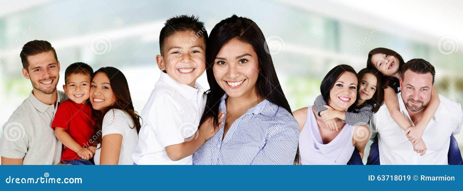 Jeunes familles heureuses