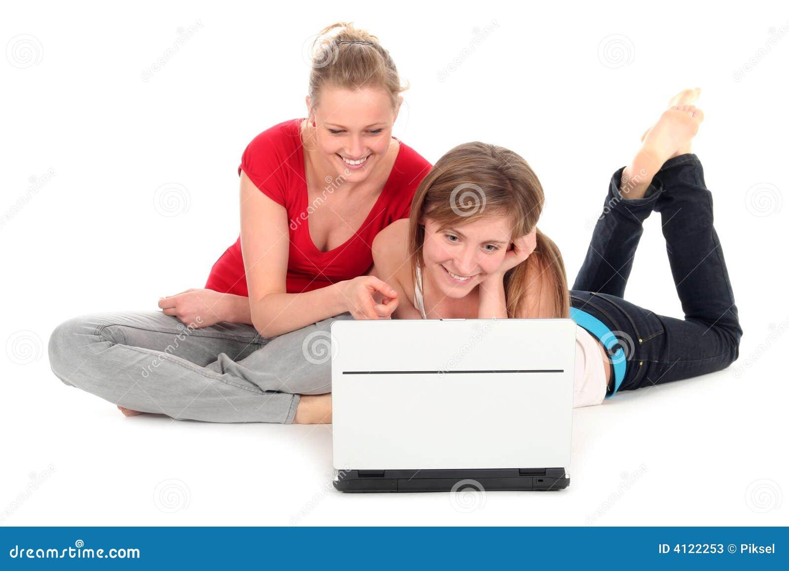 Jeunes femmes à l aide de l ordinateur portatif
