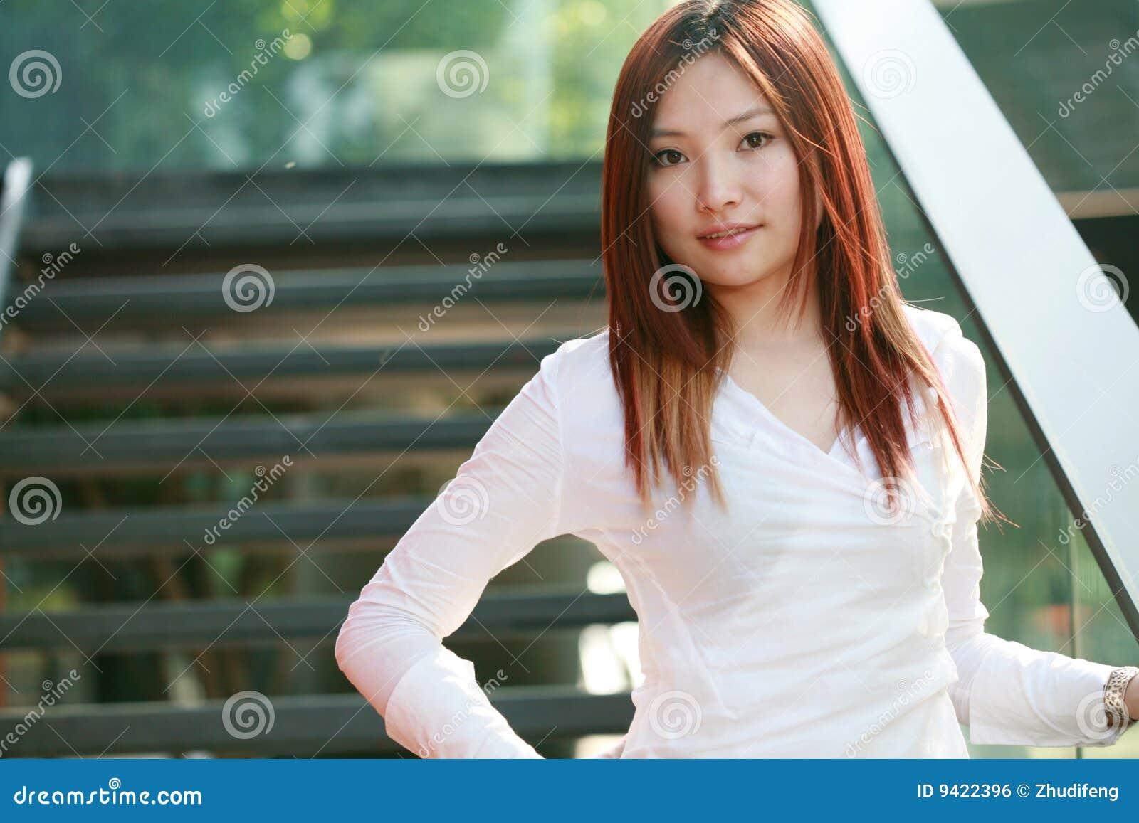 Jeunes femmes asiatiques d affaires