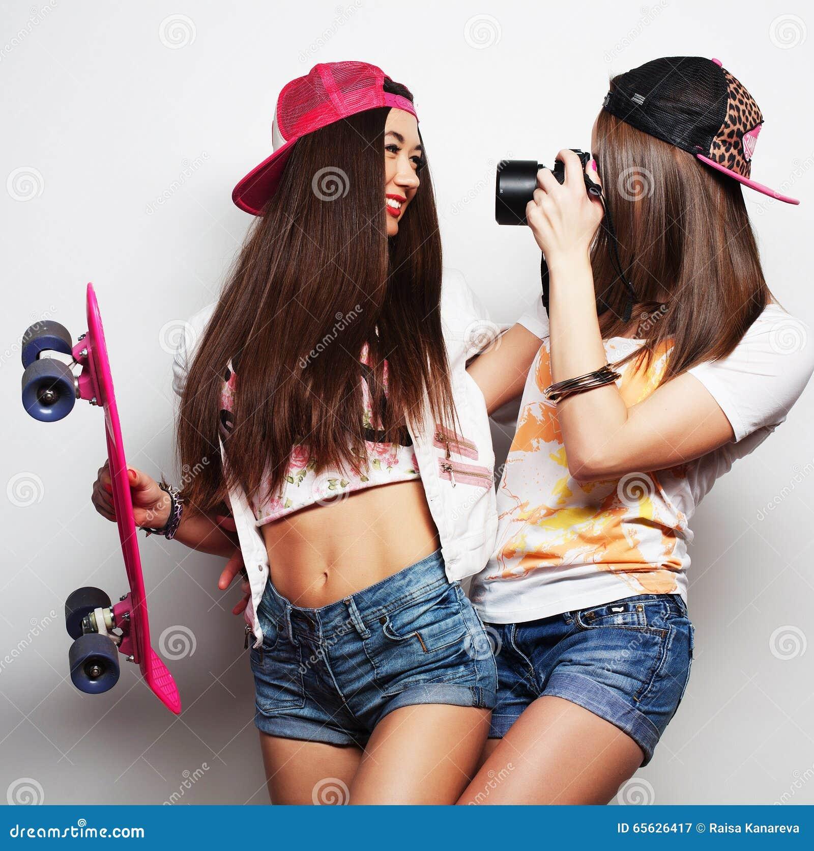 Jeunes femmes dans des vêtements d été