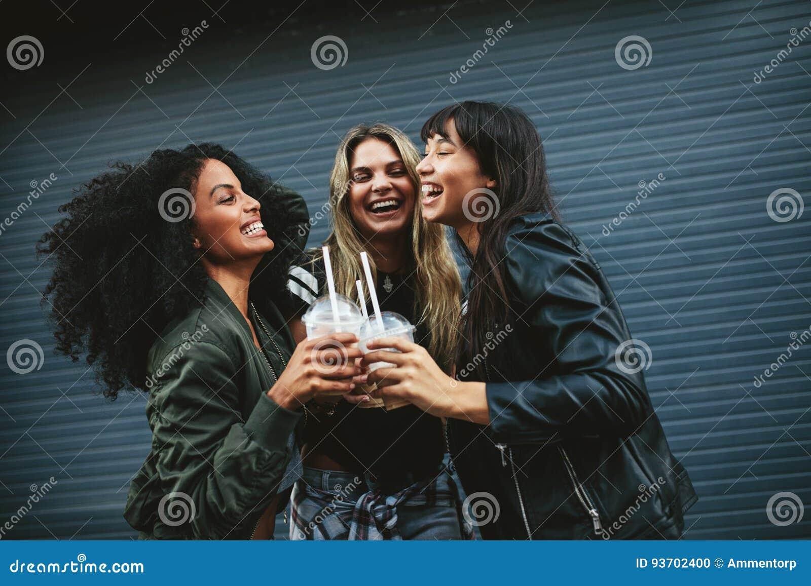 Jeunes femmes de sourire avec du café de glace