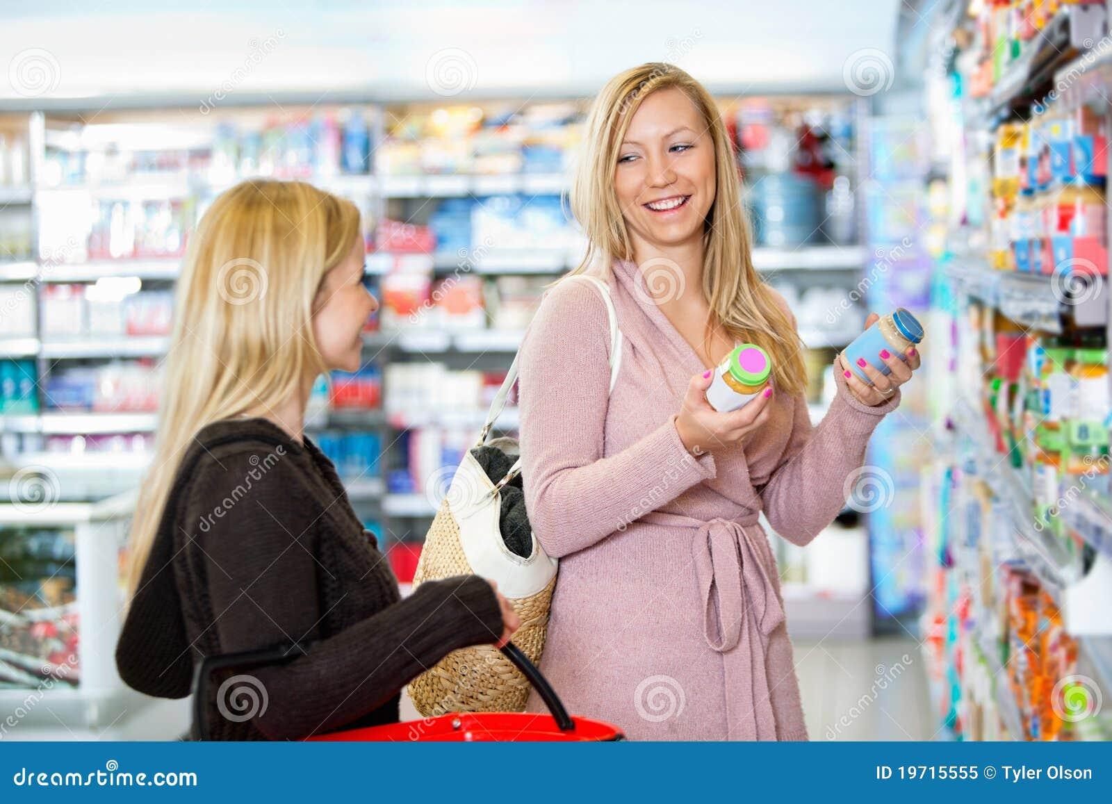 Jeunes femmes faisant des emplettes ensemble