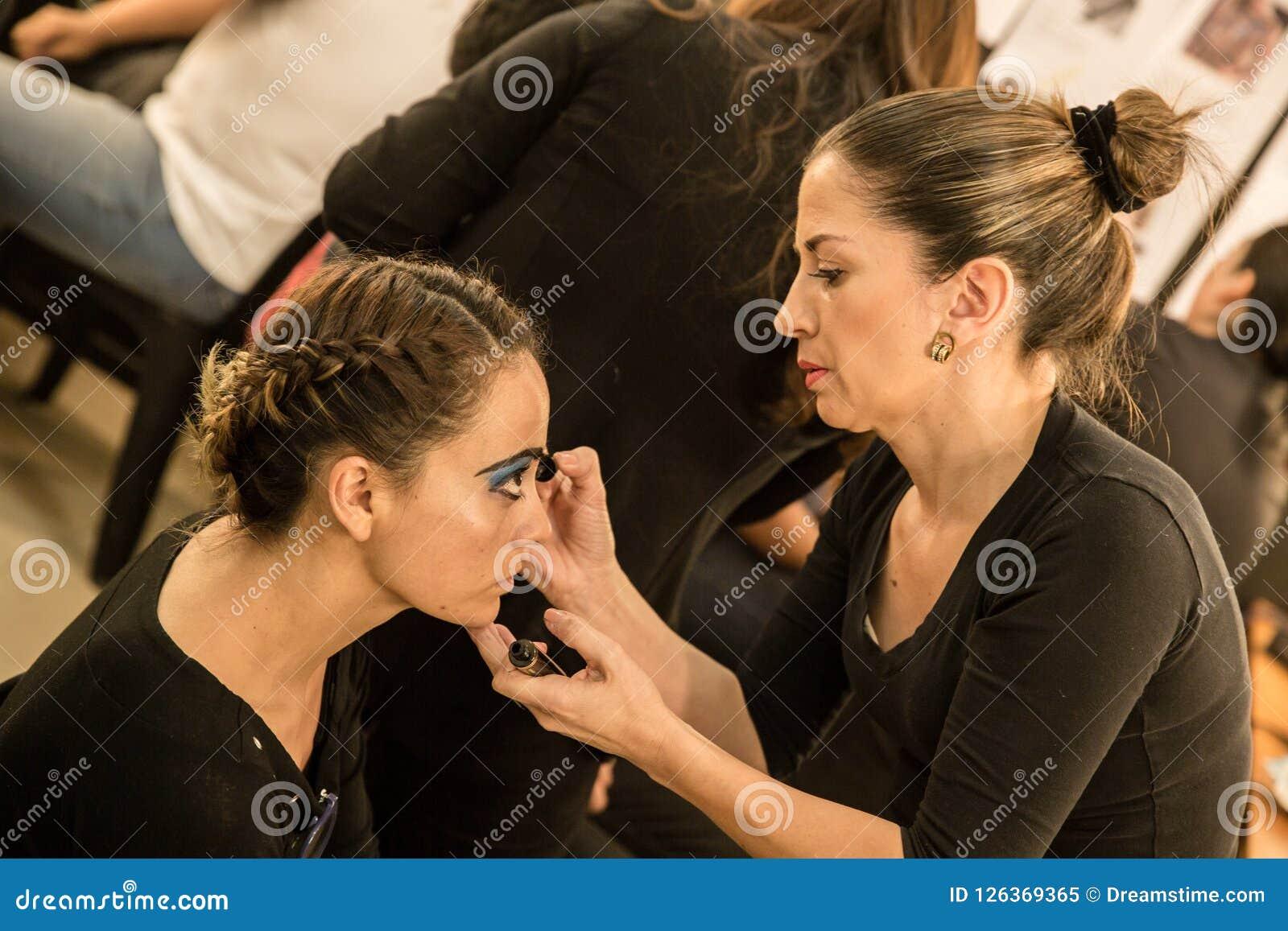 Jeunes femmes faisant le maquillage, old-fashioned backstage