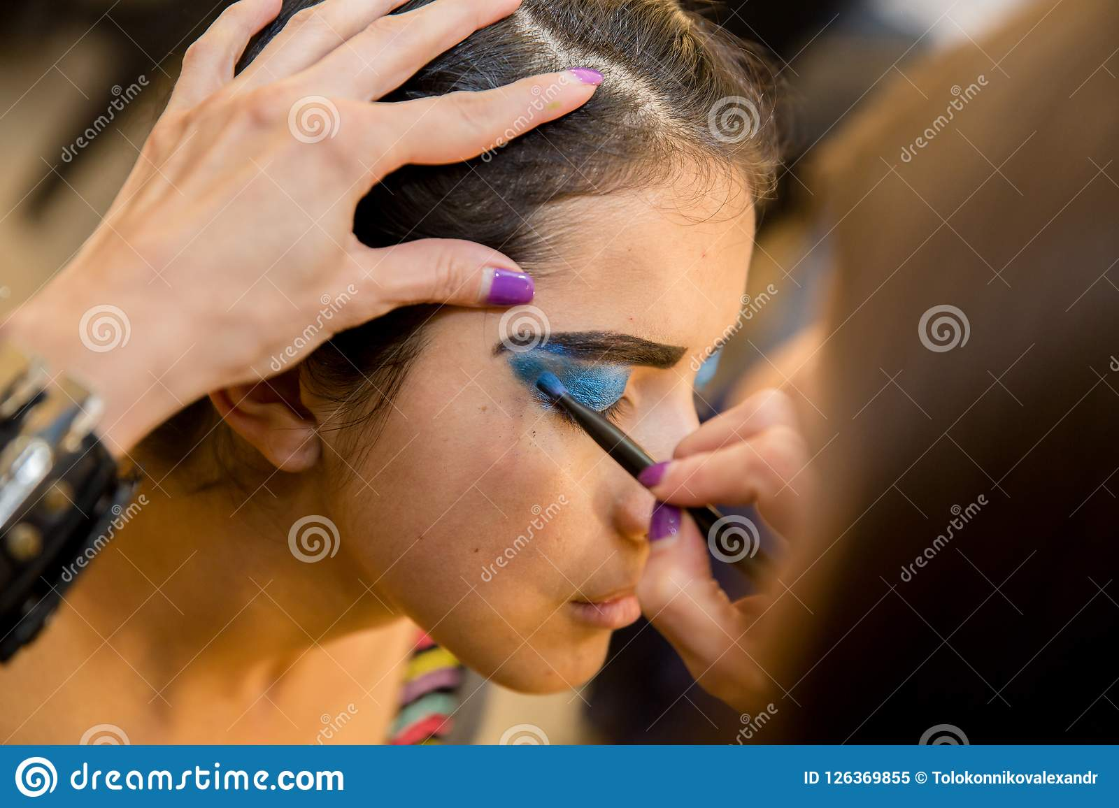 Jeunes femmes faisant le maquillage, old-fashioned backstage