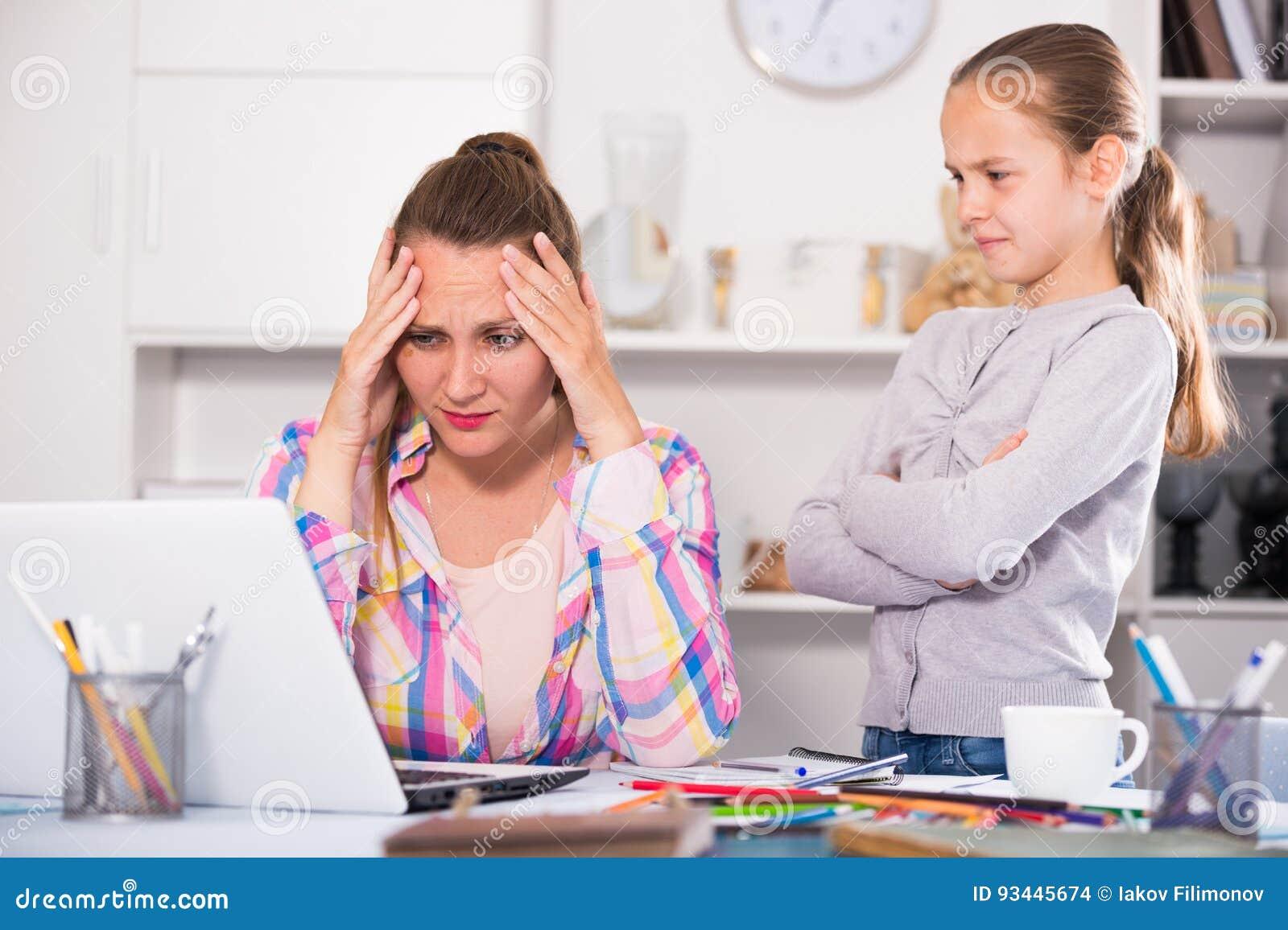 Jeunes femmes inquiétées pensant aux problèmes