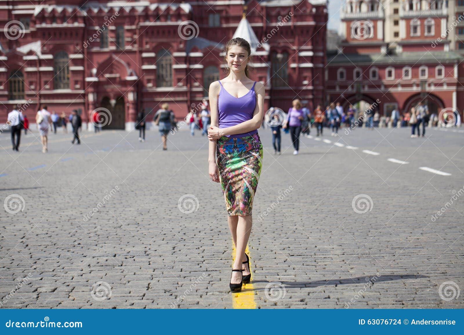Download Jeunes Femmes Marchant Dans La Robe à La Place Rouge à Moscou Photo stock - Image du personne, humain: 63076724