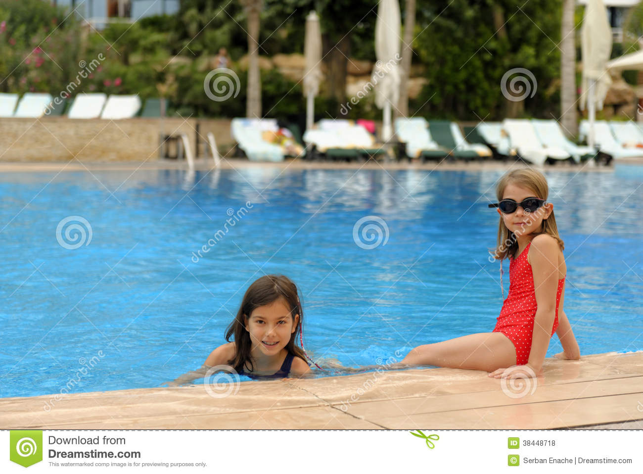 Jeunes filles au bord de la piscine photo stock image du for Bord de piscine