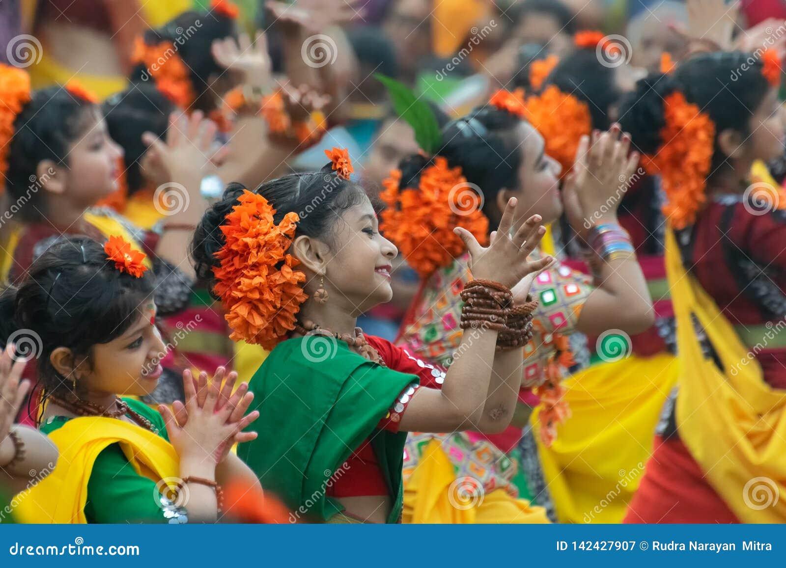 Jeunes filles dansant à Holi/à festival de printemps